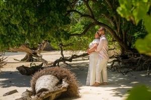 Hochzeit Anse au Pins Brautpaar am Strand