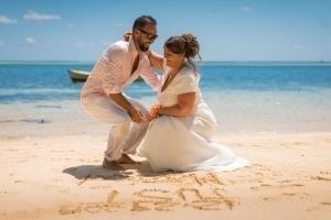 Hochzeit Anse au Pins Brautpaar malt Herz in den Sand