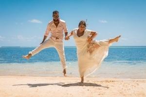 Hochzeit Anse au Pins Brautpaar jumping