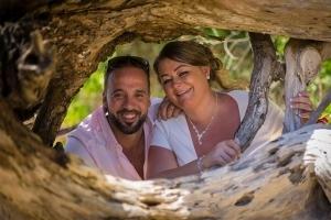Hochzeit Anse au Pins Brautpaar Foto mit altem Baum am Strand