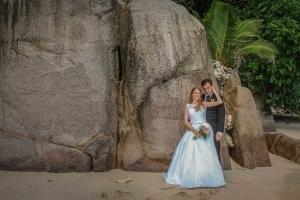 Hochzeit an der Anse Louise Brautpaar Granitfelsen