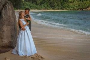Hochzeit an der Anse Louise Brautpaar schaut auf Meer
