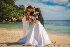 Hochzeit an der Anse Louise Hochzeitskuss