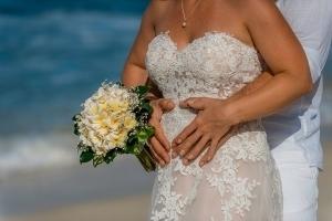 Hochzeit Carana Beach Brautpaar eng umschlungen