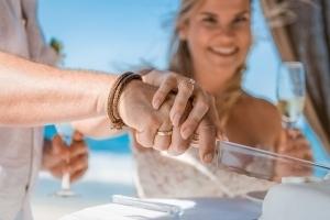 Hochzeit Carana Beach Hochzeitstorte anschneiden