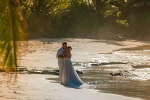 Hochzeit Carana Beach Brautpaar Strand mit Sonnenuntergang