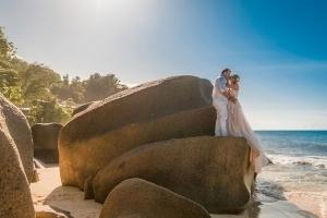 Hochzeit Carana Beach Brautpaar auf Granitfesen