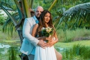 Hochzeit Mahe Brautpaar vor Palme