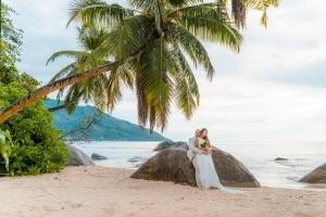 Hochzeit Mahe Brautpaar am Grand Anse Strand
