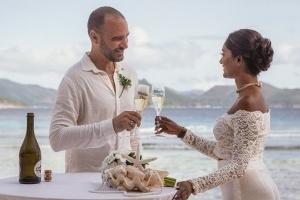 Hochzeit La Digue ganz in Weiss mit eine Glas Sekt anstossen