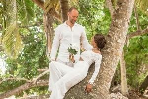 Hochzeit La Digue ganz in Weiss unter Palmen