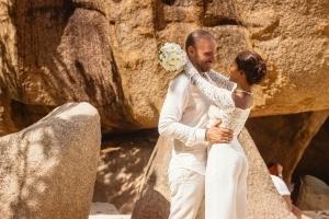 Hochzeit La Digue ganz in Weiss - Umarmung