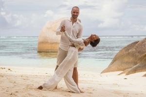 Hochzeit La Digue ganz in Weiss - Brautpaar posiert am Strand