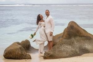 Hochzeit La Digue ganz in Weiss - Brautpaar Fotosession