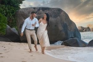 Hochzeitsfoto North East Point Brautpaar spaziert am Strand
