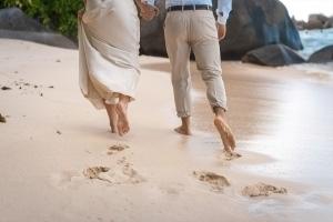 Hochzeitsfoto North East Point Bratpaar Fussabdrücke im Sand