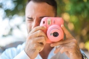 Hochzeitsfoto North East Point Bräutigam macht Polaroidfotos