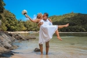 Port Launay Strandhochzeit Bräutigam trägt Braut