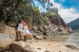 Port Launay Strandhochzeit Hochzeitspaar sitzt auf Granitfelsen