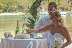 Port Launay Strandhochzeit Hochzeitstorte anschneiden