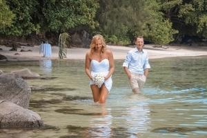 Port Launay Strandhochzeit Paar geht durchs Wasser