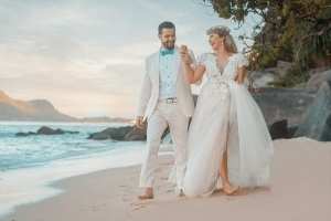 Hochzeit Seychellen Brautpaar am Strand