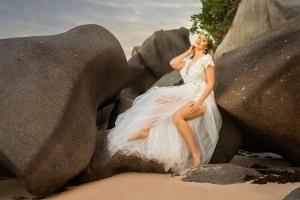 Hochzeit Seychellen Braut auf Granitfelsen