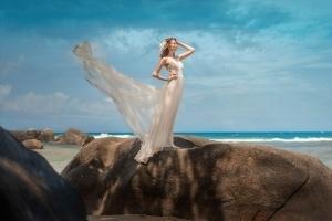 Hochzeitsfoto Glacis Epic Braut auf Grantfelsen schaut aufs Meer