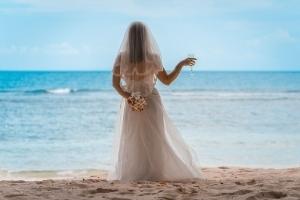 Seychellen Hochzeitsfoto Braut mit Sektglas