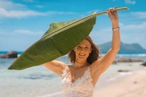 Seychellen Hochzeitsfoto Braut mit Bananenblatt