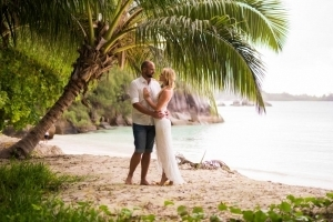 Hochzeitsfotos La Digue Brautpaar unter Palmen