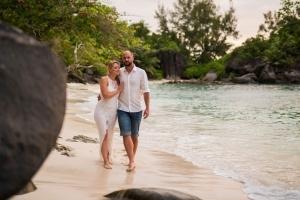 Seychellen Hochzeitsfoto Brautpaar spaziert am Strand