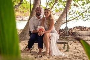 Seychellen Hochzeitsfoto Source d'Argent auf Schaukel