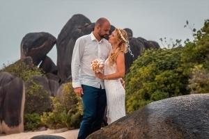 Seychellen Hochzeitsfoto Brautpaar vor Granitfelsen