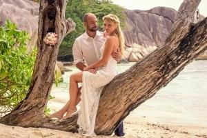 Seychellen Hochzeitsfoto posiert unter Bäumen