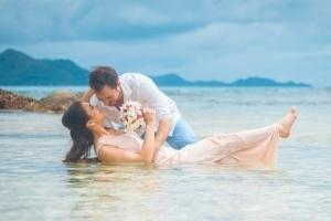 Hochzeit Anse Severe La Digue, Brautpaaar im Wasser