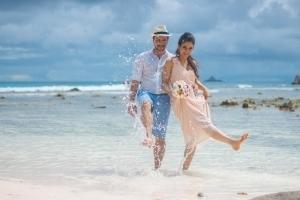Hochzeit Anse Severe La Digue, Brautpaar Strandhochzeit
