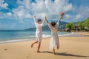 Strandhochzeit Bel Ombre Paar läuft am einsamen Strand