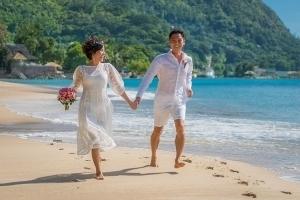 Strandhochzeit Bel Ombre Brautpaar läuft am Strand