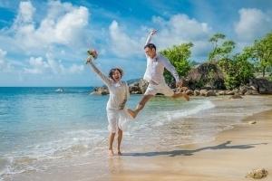 Strandhochzeit Bel Ombre Brautpaar Luftsprung