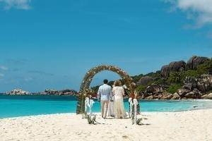 Strandhochzeit La Digue, Grand Anse Hochzeitsbogen