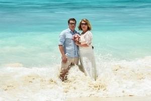 Strandhochzeit La Digue, Grand Anse Brautpaar im Wasser