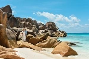 Strandhochzeit La Digue, Grand Anse Fotosession zwischen Felsen