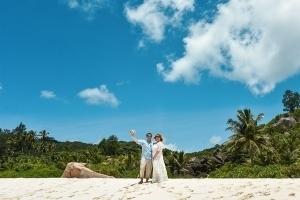 Strandhochzeit La Digue, Grand Anse Brautpaar am Strand
