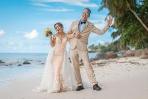 Strandhochzeit Fotos Mahe Brautpaar spaziert am Strand