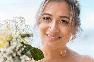 Strandhochzeit Fotos Mahe Portrait Braut mit Brautstrauss