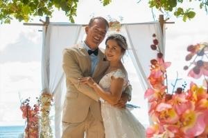 Strandhochzeit Fotos Mahe Brautpaar vor Pavillion