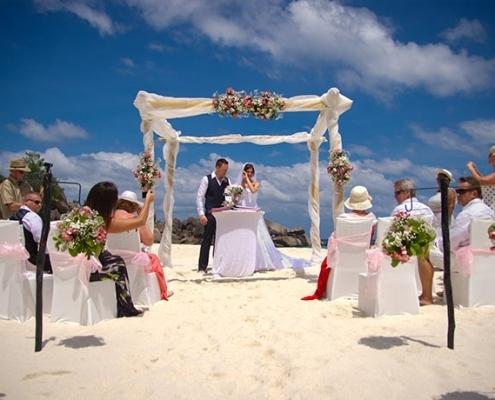 Hochzeitsgruppe am Strand