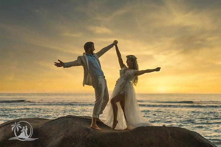 Fotograf Seychellen Hochzeit Brautpaar ausgelassen