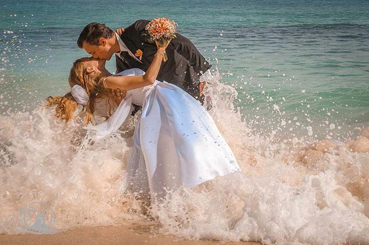Fotograf Seychellen Hochzeit Brautpaar im Wasser
